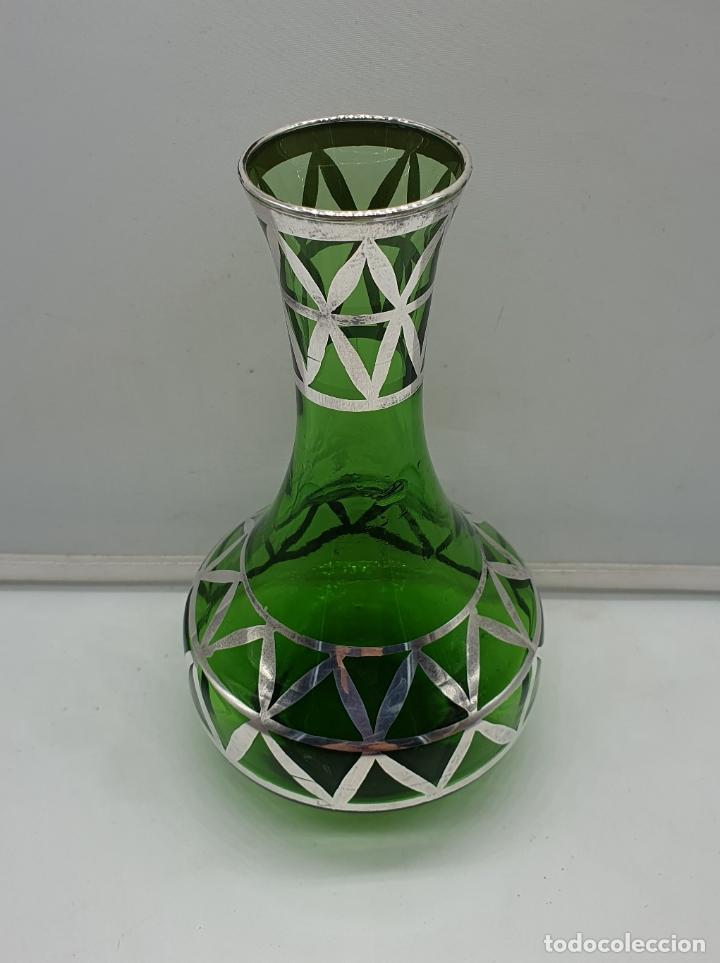 Antigüedades: Precioso florero antiguo en cristal verde botella, bellamente decorado a mano en plata de ley . - Foto 2 - 182749301
