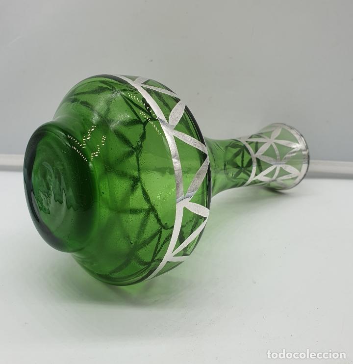Antigüedades: Precioso florero antiguo en cristal verde botella, bellamente decorado a mano en plata de ley . - Foto 4 - 182749301
