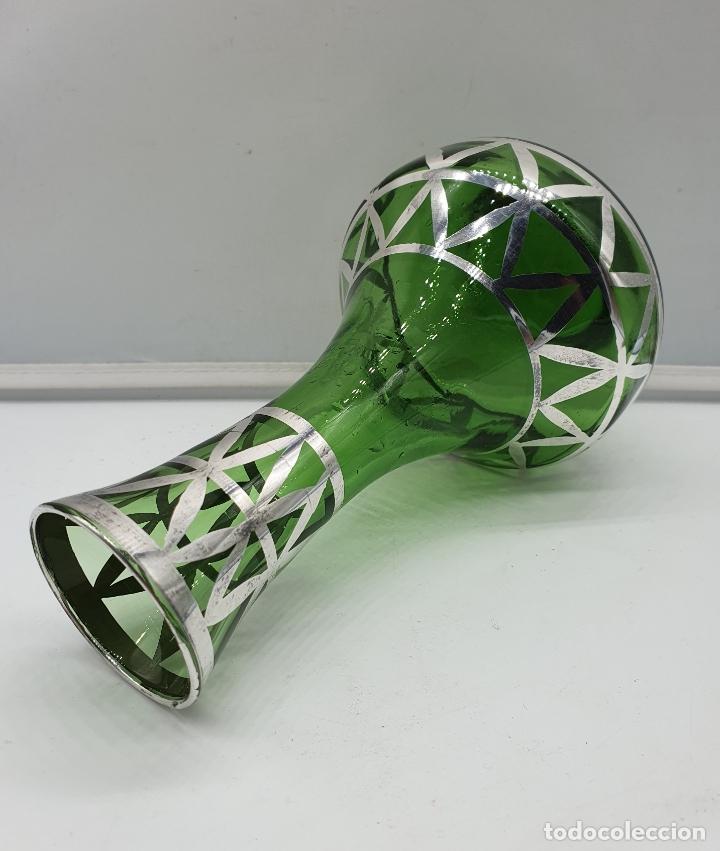 Antigüedades: Precioso florero antiguo en cristal verde botella, bellamente decorado a mano en plata de ley . - Foto 5 - 182749301