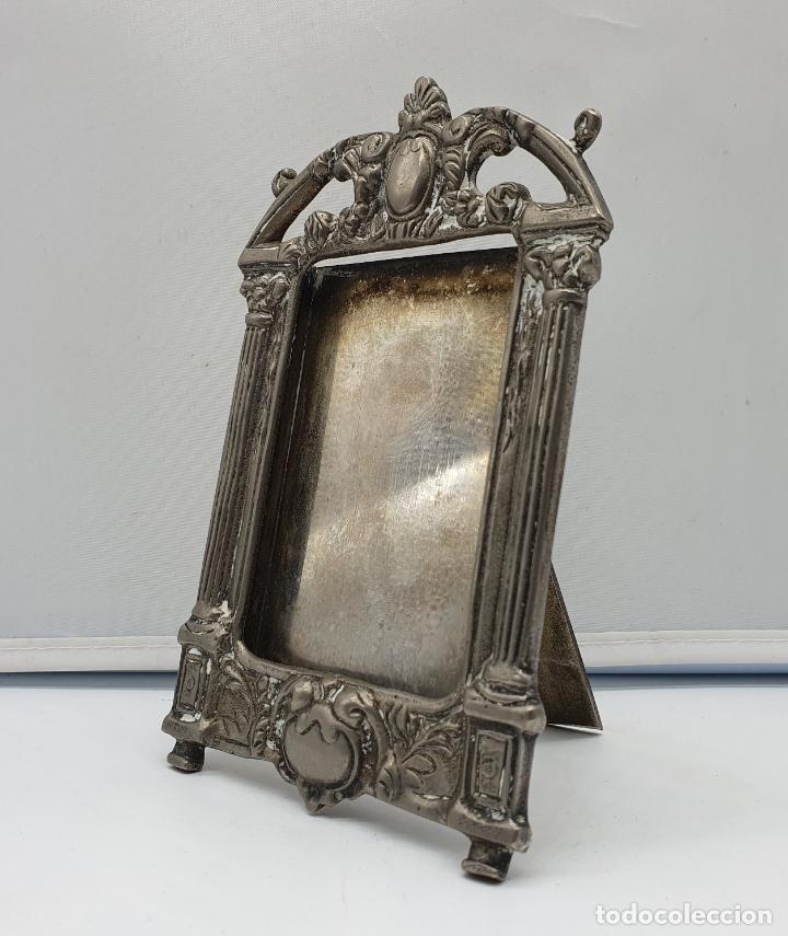 Antigüedades: Elegante marco antiguo en metal plateado de estilo victoriano. - Foto 4 - 182766996