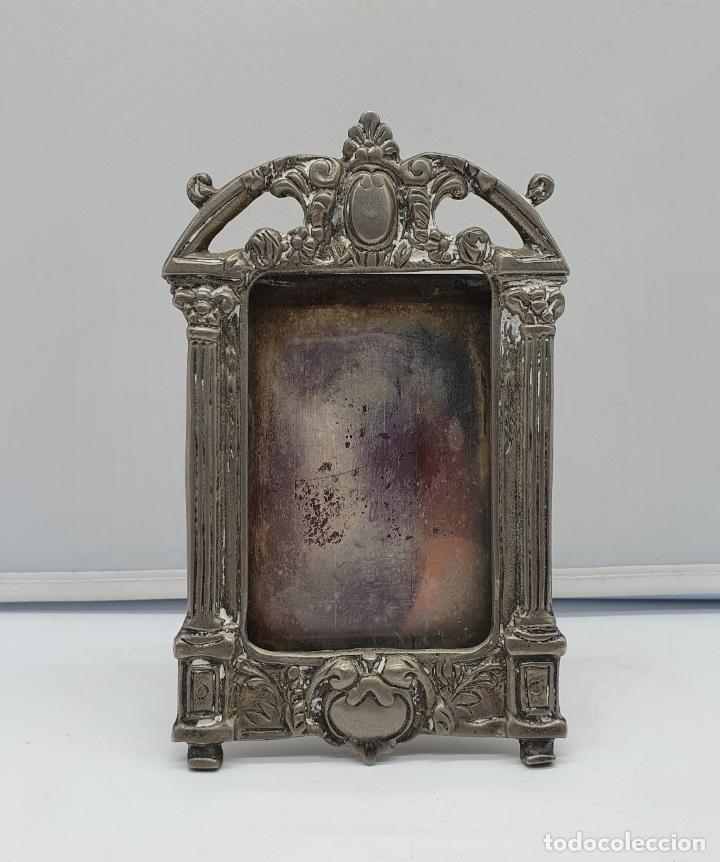 Antigüedades: Elegante marco antiguo en metal plateado de estilo victoriano. - Foto 5 - 182766996