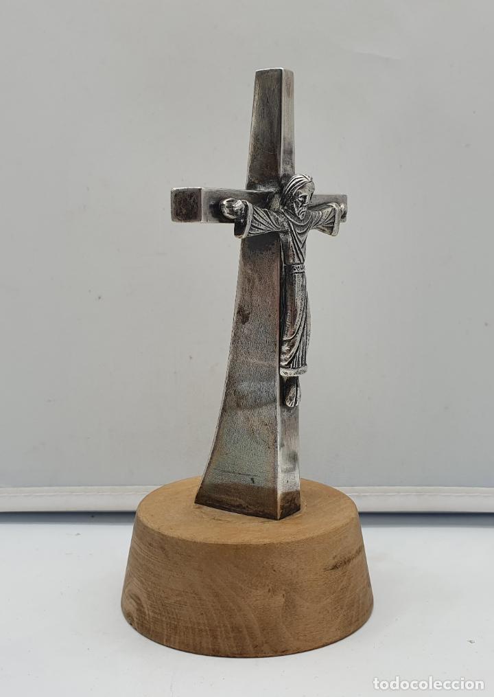 Antigüedades: Crucifijo antiguo de estilo gotico en plata de ley sobre peana de madera . - Foto 2 - 182770508