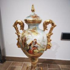 Antigüedades: GRAN JARRÓN VALENCIANO DE PORCELANA, PINTADO A MANO, CON TAPA. 64CM DE ALTO. Lote 182772780