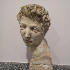 Antigüedades: ESCULTURA BUSTO MASCULINO IMITANDO MODELOS CLÁSICOS. 24CM. FIRMADA. Lote 182774426