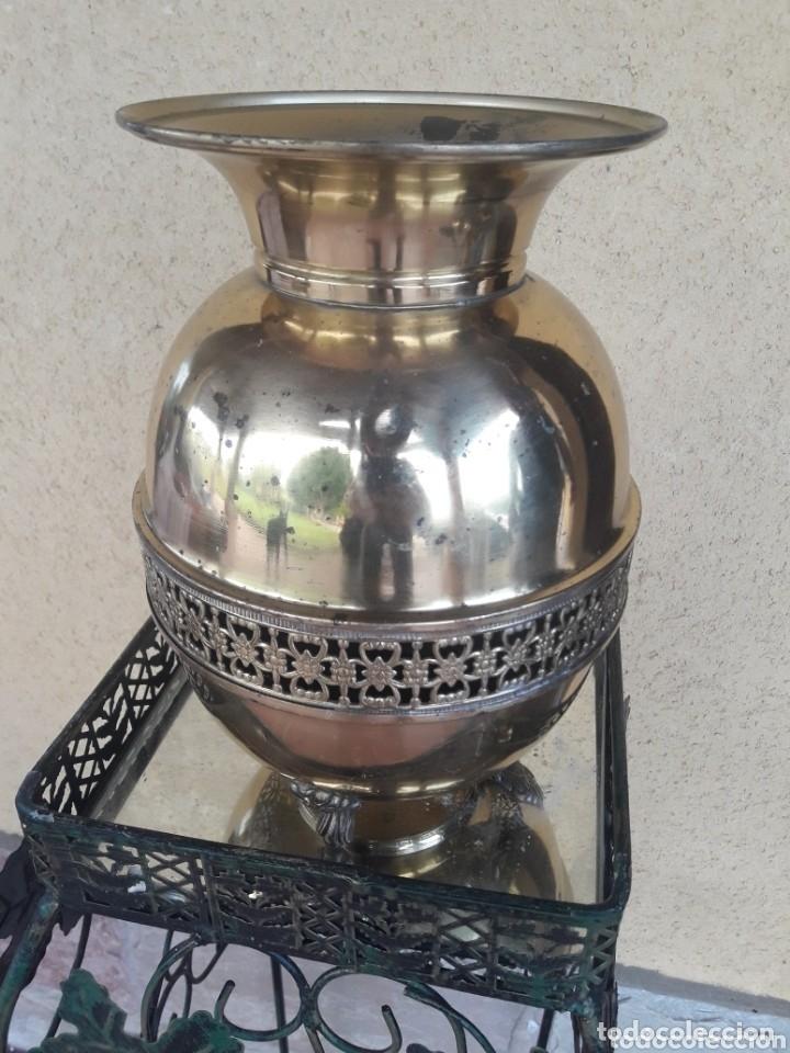 BONITO FLORERO DE LATÓN (Antigüedades - Hogar y Decoración - Floreros Antiguos)