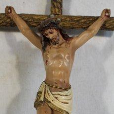 Antigüedades: CRISTO EN LA CRUZ DE ESTUCO Y MADERA . Lote 182815792