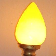 Antigüedades: LAMPARA LATON VINTAGE AÑOS 40 O 50 CON TULIPA AMARILLA. Lote 179214378