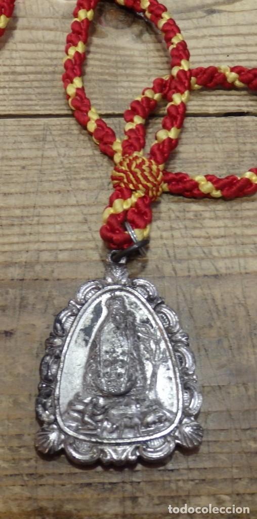 ANTIGUA MEDALLA CON CORDON DE LA VIRGEN DE LA CABEZA - ANDUJAR - JAEN - METAL PLATEADO (Antigüedades - Religiosas - Medallas Antiguas)