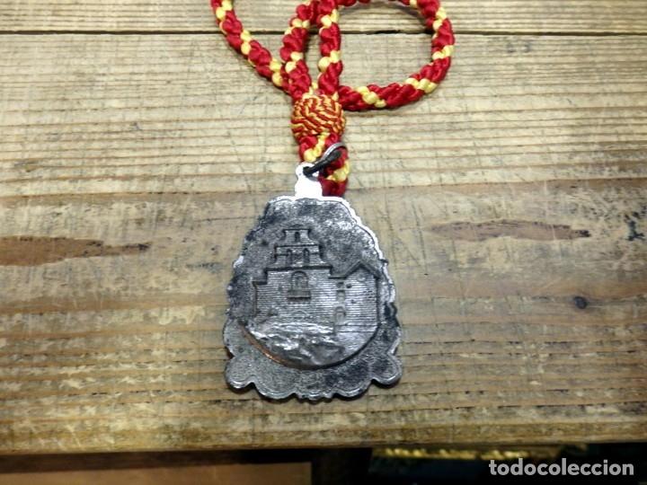 Antigüedades: ANTIGUA MEDALLA CON CORDON DE LA VIRGEN DE LA CABEZA - ANDUJAR - JAEN - METAL PLATEADO - Foto 2 - 182826582