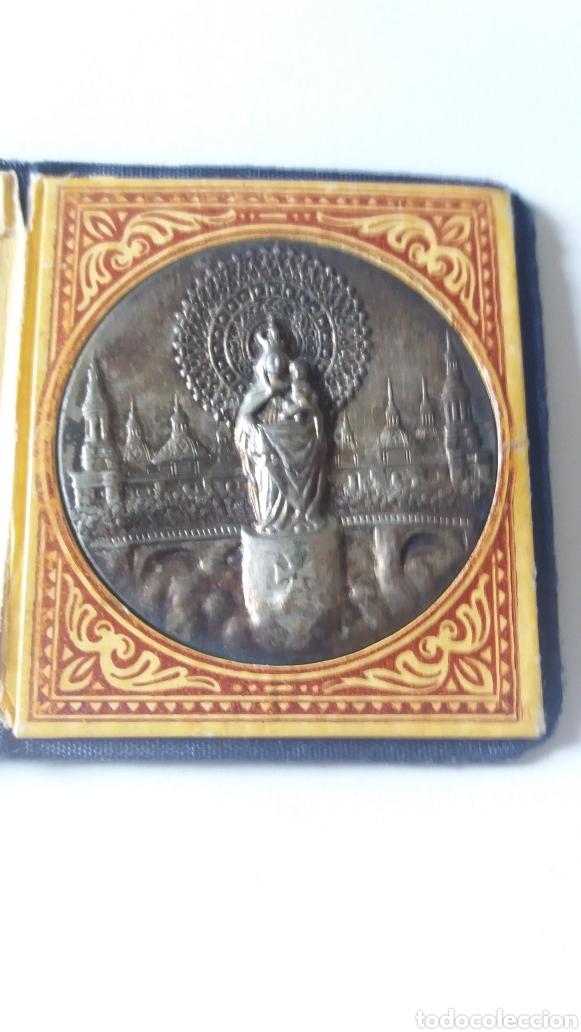 Antigüedades: ANTIGUA CARTERITA CON MEDALLA DE LA VIRGEN DEL PILAR, OBSEQUIO CARLOS NAVARRO, ZARAGOZA - Foto 2 - 182843197