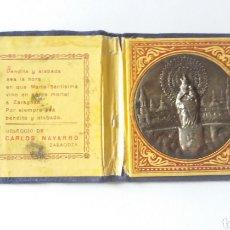 Antigüedades: ANTIGUA CARTERITA CON MEDALLA DE LA VIRGEN DEL PILAR, OBSEQUIO CARLOS NAVARRO, ZARAGOZA. Lote 182843197