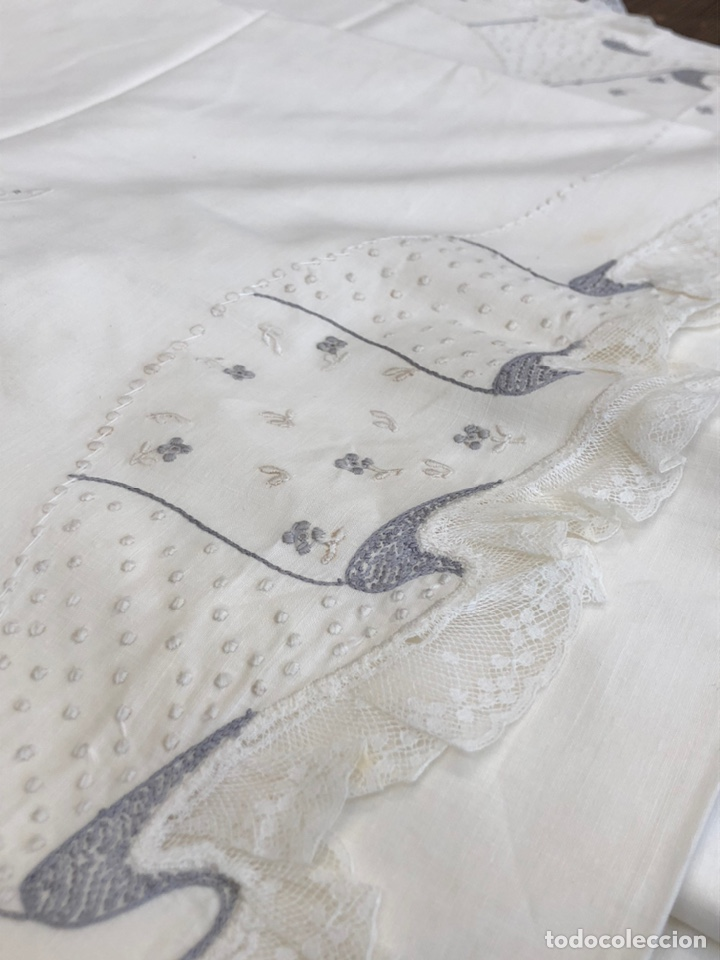 Antigüedades: Antigua sábana de hilo bordada a mano y con puntillas . - Foto 2 - 182853291