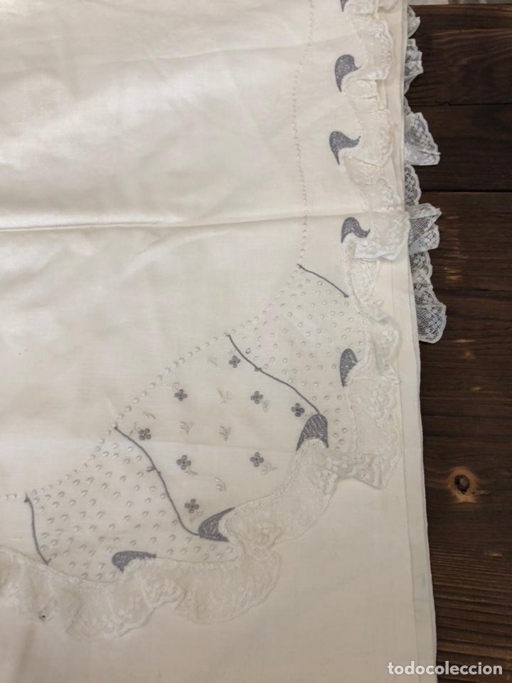 Antigüedades: Antigua sábana de hilo bordada a mano y con puntillas . - Foto 3 - 182853291