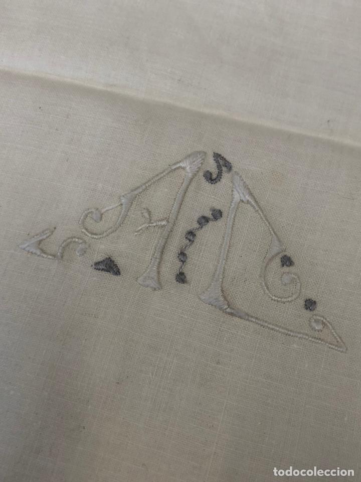 Antigüedades: Antigua sábana de hilo bordada a mano y con puntillas . - Foto 4 - 182853291