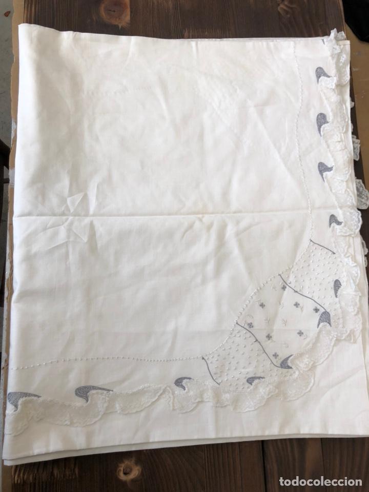 Antigüedades: Antigua sábana de hilo bordada a mano y con puntillas . - Foto 8 - 182853291