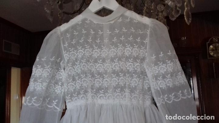 Antigüedades: ANTIGUO Y PRECIOSO VESTIDO DE PRIMERA COMUNION, DE BATISTA BORDADA. - Foto 2 - 182909022