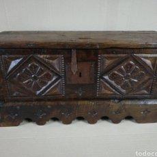 Antigüedades: ARCA CASTAÑO TALLADA. Lote 182942138