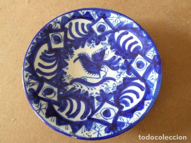 PEQUEÑO PLATO DE COLGAR DECORADO CON MOTIVO DE PAJARO EN EL CENTRO. 20 CM DIAM. 4 CM ALT. (Antigüedades - Porcelanas y Cerámicas - Otras)