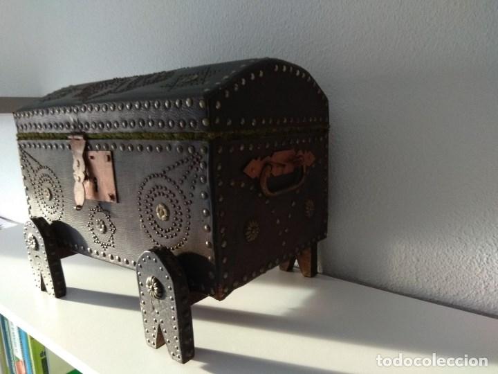Antigüedades: Antiguo Baul, Aguila Bicefala, Forrado en cuero e interior de terciopelo. - Foto 4 - 182954302