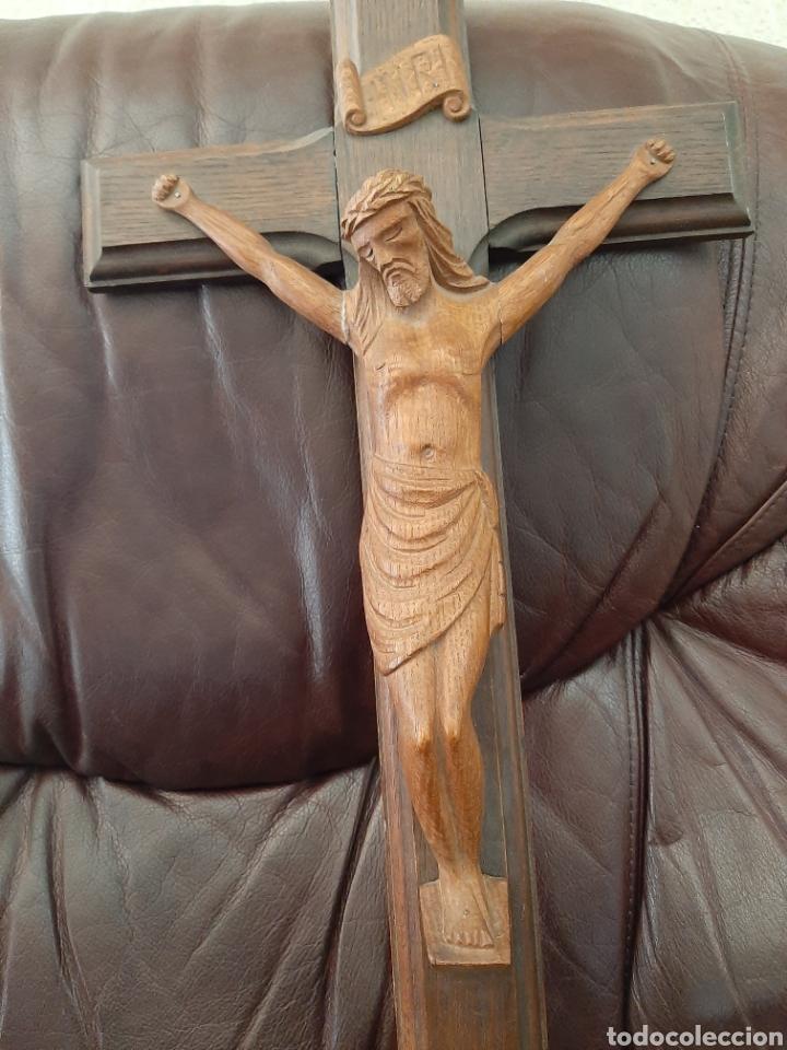 CRUCIFIJO CON TALLA DE MADERA (Antigüedades - Religiosas - Crucifijos Antiguos)