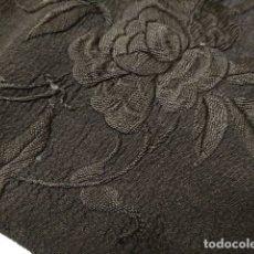 Antigüedades: ANTIGUO MANTON NEGRO BORDADO SOBRE SEDINA 100CM X 100CM. Lote 182987027