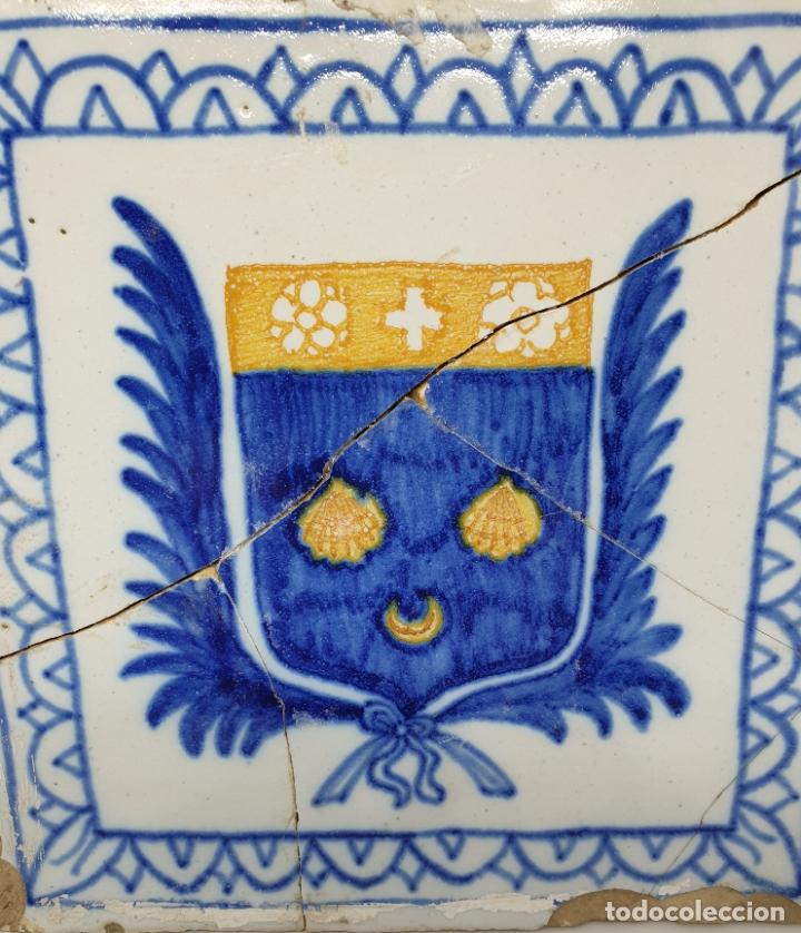 Antigüedades: CURIOSO AZULEJO CON ESCUDO HERALDICO EN CERAMICA DE TRIANA,TALAVERA,MANISES???,S. XVIII-XIX - Foto 2 - 182988957