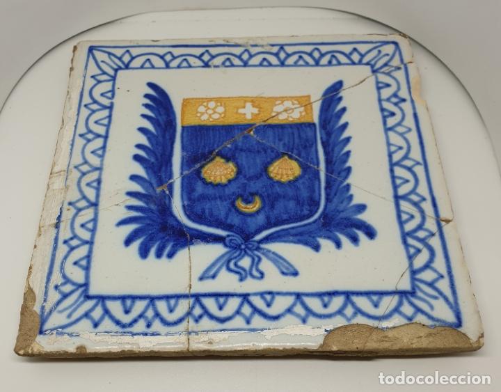 Antigüedades: CURIOSO AZULEJO CON ESCUDO HERALDICO EN CERAMICA DE TRIANA,TALAVERA,MANISES???,S. XVIII-XIX - Foto 6 - 182988957