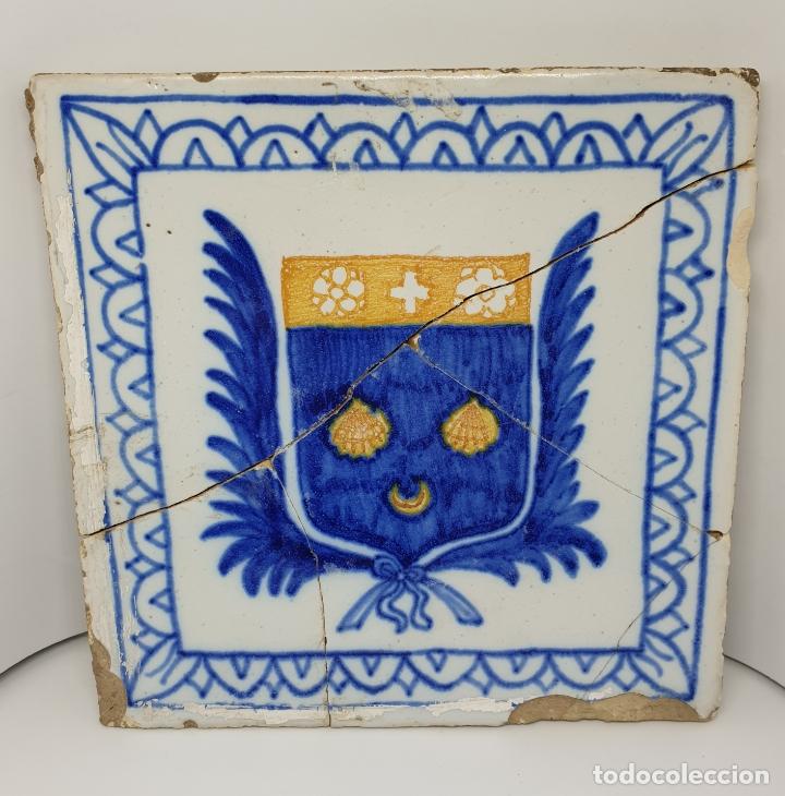 CURIOSO AZULEJO CON ESCUDO HERALDICO EN CERAMICA DE TRIANA,TALAVERA,MANISES???,S. XVIII-XIX (Antigüedades - Porcelanas y Cerámicas - Talavera)