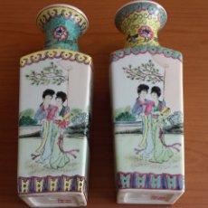 Antigüedades: JARRONES - FLOREROS. PORCELANA ESMALTADA. ESTILO FAMILIA ROSA. FIRMADOS. CHINA. MEDIADOS SIGLO. Lote 182989410