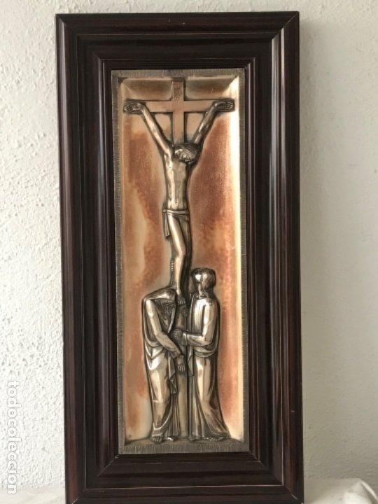 CRISTO CRUCIFICADO Y LA VIRGEN MARÍA A SUS PIES. BAJO RELIEVE ENMARCADO 1950'S. (Antigüedades - Religiosas - Varios)