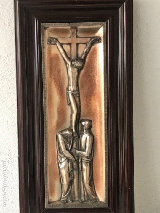 Antigüedades: CRISTO CRUCIFICADO Y LA VIRGEN MARÍA A SUS PIES. BAJO RELIEVE ENMARCADO 1950'S. - Foto 2 - 183057836