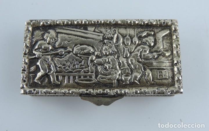 Antigüedades: ANTIGUA CAJA DE PLATA CON ESCENA DE COCINA, PASTILLERO, CAJA DE RAPÉ, TIENE PUNZON DE UNA ESTRELLA, - Foto 2 - 183071765