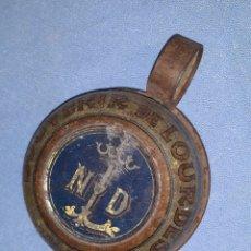 Antigüedades: ANTIGUO SOUVENIR DE LOURDES TAZA DE METAL MODERNISTA LITOGRAFIADO ORIGINAL FINALES SIGLO XIX. Lote 183075591