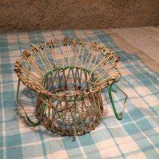 Antigüedades: ANTIGUA HUEVERA / CESTA PARA LOS HUEVOS DE HILO DE ALAMBRE PLASTIFICADO DE LOS AÑOS 50-60. Lote 183194456