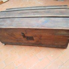 Antigüedades: BAÚL GRANDE DE MADERA CON RUEDAS. Lote 183198151
