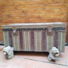 Antigüedades: PRECIOSO BAÚL TAPIZADO CON DOS BASES TALLADAS. Lote 183198958