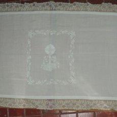 Antigüedades: EXCEPCIONAL MANTEL DE ALTAR BORDADO EN HILO BORDEADO POR ENCAJE DE BOLILLOS, SIGLO XIX, TAL COMO SE . Lote 183234206