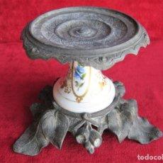 Antigüedades: PEANA PARA VELÓN, SANTO O MACETA EN CALAMINA Y PORCELANA DECORADA A MANO . Lote 183260025