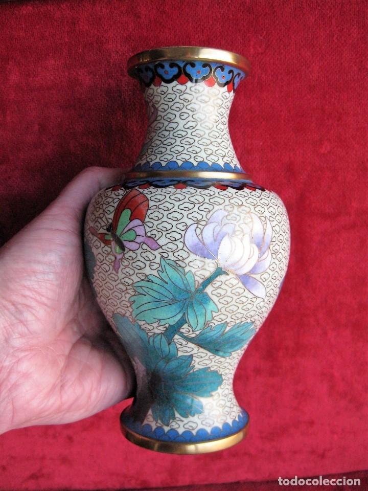 Antigüedades: JARRÓN CHINO EN BRONCE CLOISONNE DECORADO FLORAL EN BUEN ESTADO - Foto 5 - 183263905