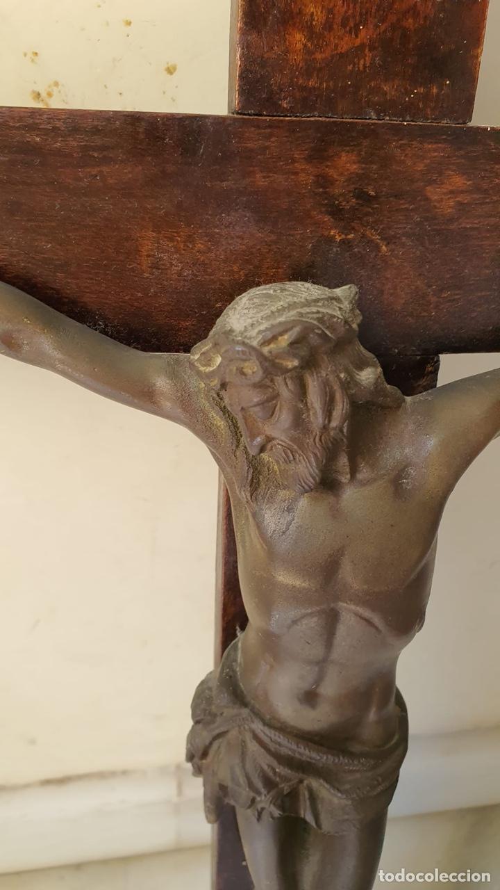 Antigüedades: Bonito crucifijo de colegio, bronce y madera, finales del XIX - Foto 2 - 183276763