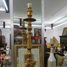 Antigüedades: CANDELABRO DE MADERA TALLADS DORADA. 65 CM. ELECTRIFICADO PARA LAMPARA. Lote 183278157