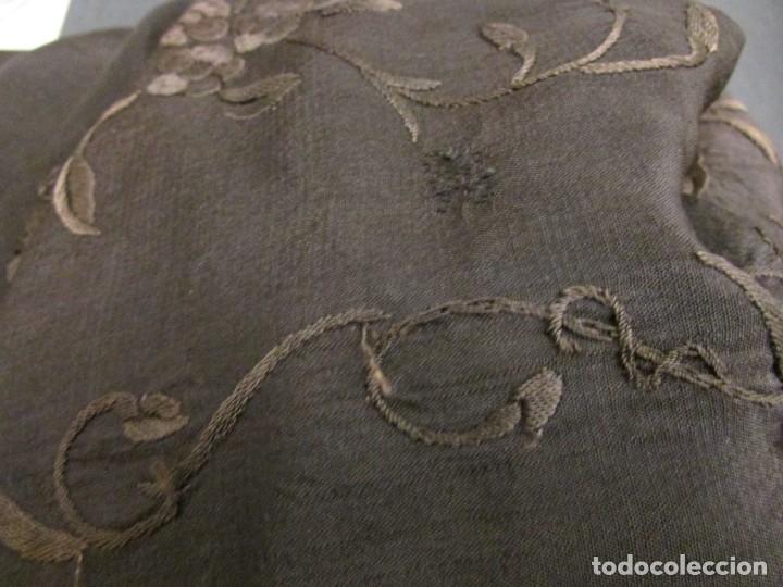 Antigüedades: MANTÓN ANTIGUO EN SEDA BORDADA - Foto 15 - 168495564
