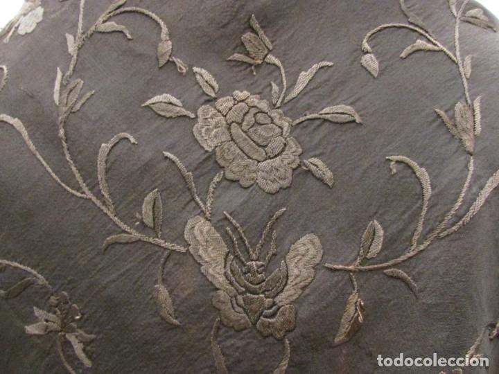 Antigüedades: MANTÓN ANTIGUO EN SEDA BORDADA - Foto 5 - 168495564