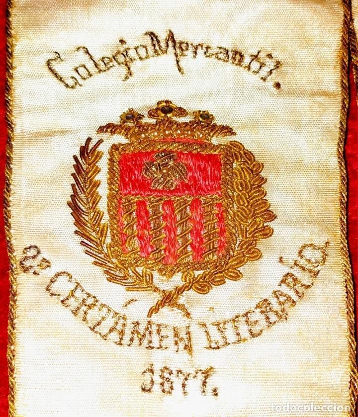 Antigüedades: BANDA TROFEO CERTAMEN LITERARIO DEL COLEGIO MERCANTIL. ESPAÑA. SEDA BORDADA. 1877 - Foto 5 - 183294887