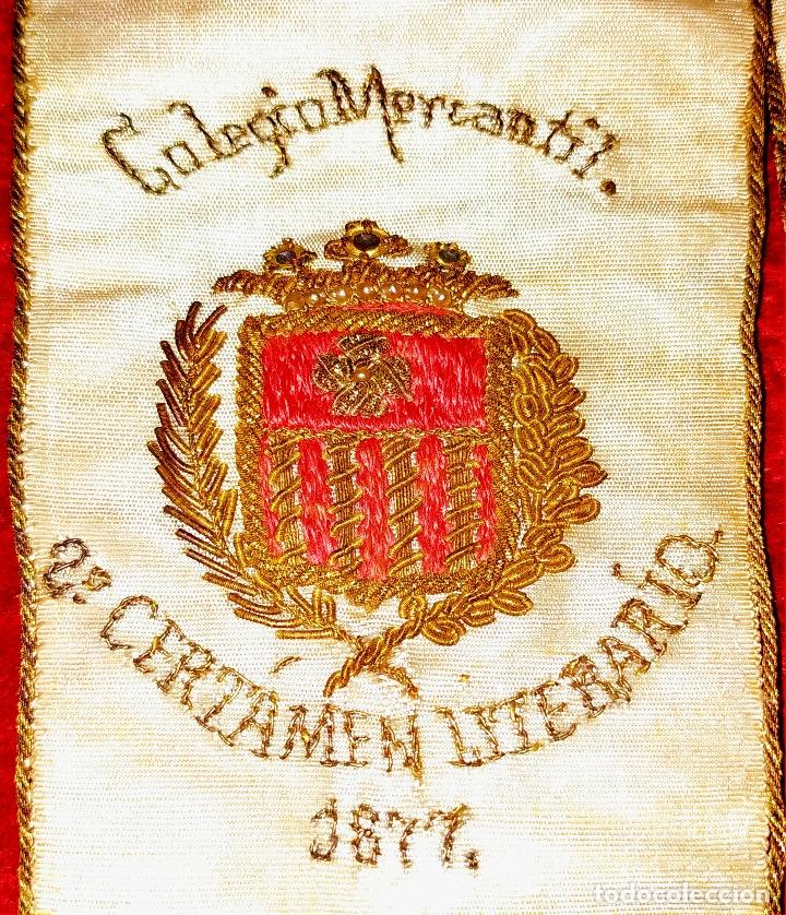 BANDA TROFEO CERTAMEN LITERARIO DEL COLEGIO MERCANTIL. ESPAÑA. SEDA BORDADA. 1877 (Antigüedades - Moda y Complementos - Hombre)
