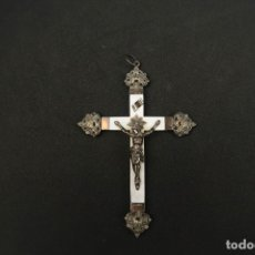 Antigüedades: ANTIGUA CRUZ O CRUCIFIJO DE PLATA Y NACAR SIGLO XIX GRABADA. Lote 183313078