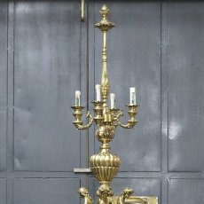 Antigüedades: LAMPARA DE PIE DE BRONCE CON QUERUBINES. SIGUIENDO MODELOS ROCOCOS. AÑOS 40. Lote 199480572