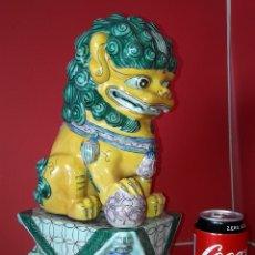 Antigüedades: GRAN FIGURA EN PORCELANA DE PERRO FOO , LEON CHINO , FURIAS , KIMERA . Lote 183322116