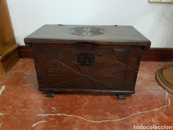 ARCON ANTIGUO MADERA ROBLE MACIZO, TALLADO A MANO. (Antigüedades - Muebles Antiguos - Baúles Antiguos)