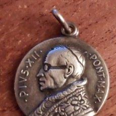 Antigüedades: PIUS XII PONT MAX. Y VIRGEN DE LOURDES DOS CARAS. 1,5 CM. PLATEADO O PLATA.. Lote 183368503